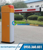 Thanh chắn barrier tự động màu vàng cam, có đèn cảnh báo
